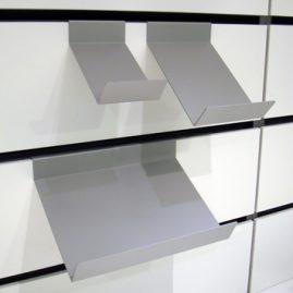 Hylder er her ophængt på væg unit med væg plade H14cm