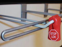 Sikringsbøjle, benyttes til sikring af produkter placeret på løsdele kroge. Bredde 85cm