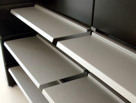 Metal hylde type nr. 1007-98 og 1008-98. Bredden på begge hylder er 98cm, men dybderne er henholdsvis 38cm og 26cm