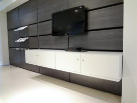 Showroom med multimedie væg inkl. ophængte skabe type nr. 1124BD/31