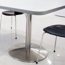 Gulv podie kan monteres med bordben for kunde/møde bord