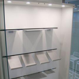 Glas unit med forskellige metal hylder